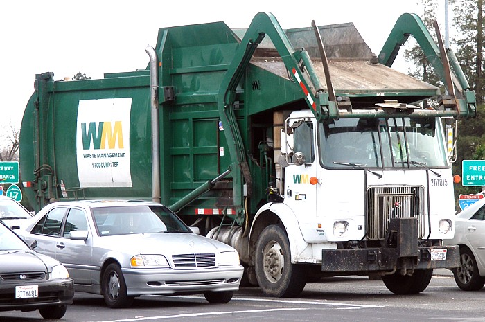 Garbage truck (wikimedia commons)